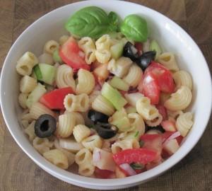 Nudelsalat mit Oliven und Kapern